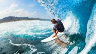 Un tuffo in mare o un giro in surf, come prevenire gli infortuni estivi