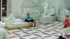 Il video del turista austriaco che rompe statua del Canova e va via