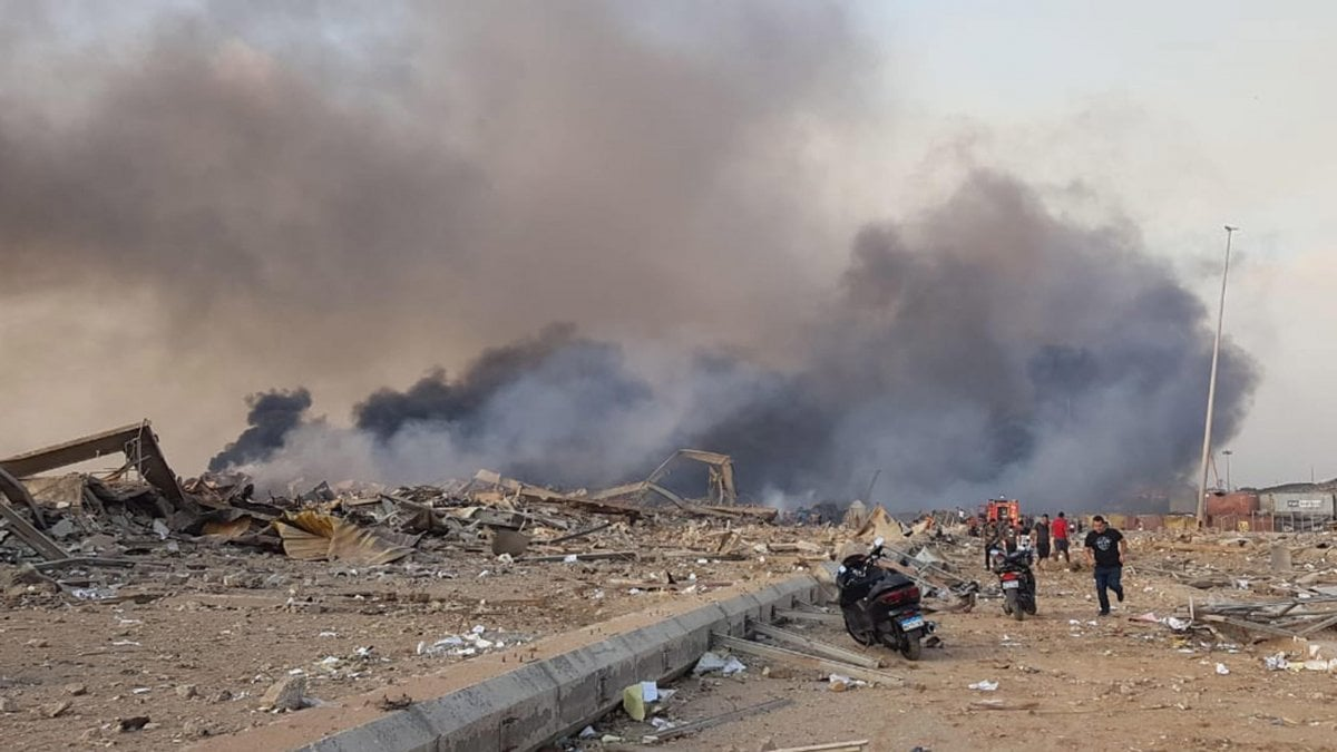 Beirut, due forti esplosioni nella zona del porto: almeno 50 morti. Oltre 2750 feriti tra cui un militare italiano