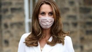 Kate Middleton, la lezione di stile per l'estate 2020: abito bianco e mascherina floreale