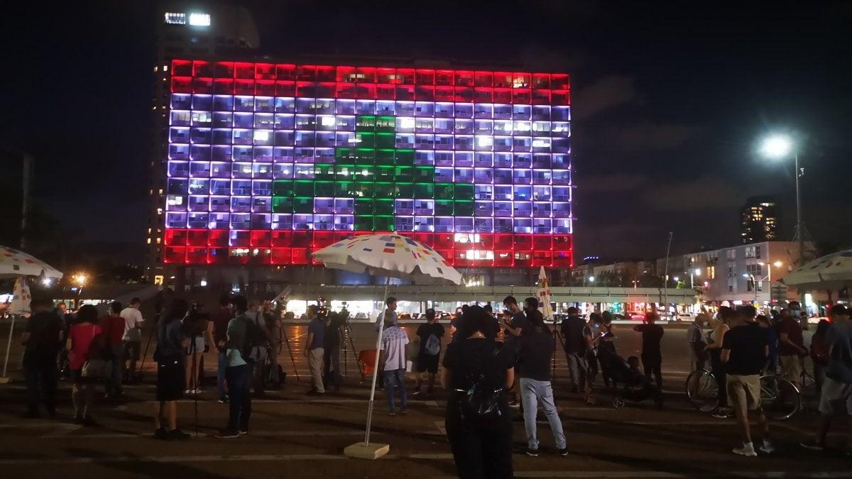 Solidarietà da Israele: il Comune espone la bandiera libanese. Ma non tutti sono d'accordo