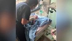 George nasce durante l'esplosione: l'onda d'urto colpisce la sala parto