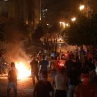 Beirut, arrestato il direttore del porto. Scontri vicino al Parlamento, polizia usa...