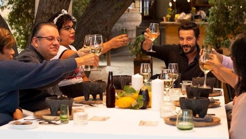 'Pan y circo', Diego Luna vi invita a cena per parlare di donne, ambiente e coronavirus
