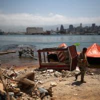Beirut si rialza tra proteste e ricerche dei dispersi. Lacrimogeni contro i manifestanti