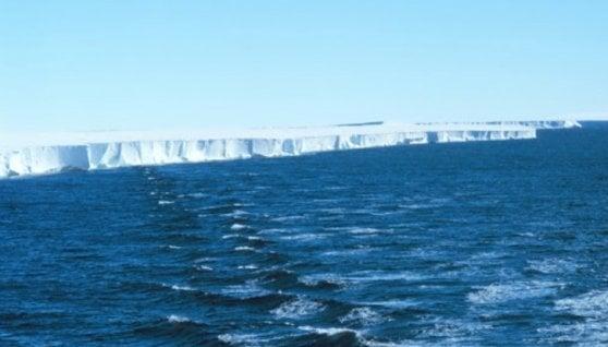 Caldo nell'Artico, collassa una piattaforma di ghiaccio grande come Manhattan