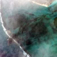 Disastro ambientale a Mauritius, tonnellate di carburante in mare da nave-cisterna arenata