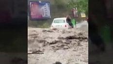 """Fuga dall'automobile travolta dal fango: """"Via da là o muori"""""""