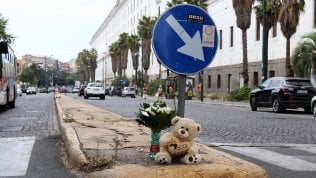 Travolta e uccisa 15enne mentre attraversa la strada nella notte. Ferita l'amica di 14 anni