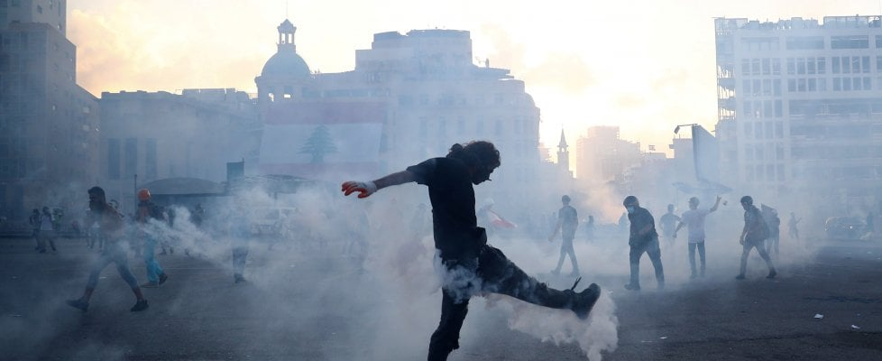 Rabbia a Beirut, occupati i palazzi del potere: un agente morto e oltre 730 feriti