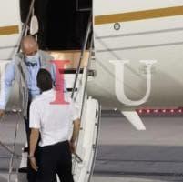 Juan Carlos è arrivato ad Abu Dhabi: la foto in esclusiva Nius mentre scende dall'aereo