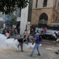 Libano, nuovi scontri a Beirut tra manifestanti e polizia. Incendio vicino al Parlamento