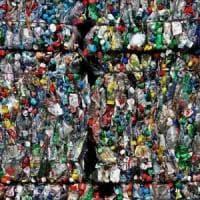 """Cambogia, la """"Scuola della spazzatura"""" dove le lezioni si pagano con i rifiuti di plastica"""