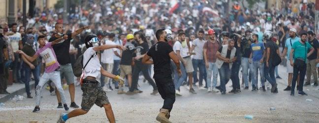 Libano, nuovi scontri in strada a Beirut: piazza del Parlamento sotto assedio