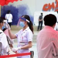 Coronavirus nel mondo: mascherine all'aperto a Parigi. Stato di allerta prolungato in...