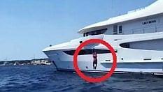 Boateng risponde a Ibra con un tuffo dallo yacht di 52 metri
