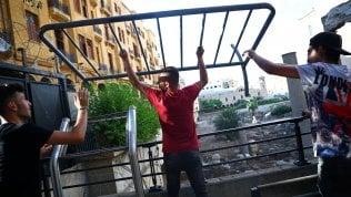 Libano, si è dimesso il governo Diab: l'annuncio in tv. Le vittime salgono a 220 dal nostro inviato VINCENZO NIGRO