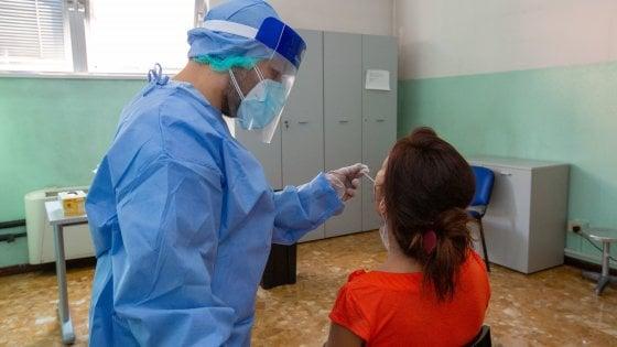 Coronavirus, tendoni all'uscita di Linate e Malpensa per i test rapidi ai vacanzieri: all'Ats Milano già 8mila richieste