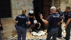 Prende in ostaggio un vigilante nel Duomo: il momento dell'arresto