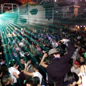 Soverato, giovane positivo va in discoteca e nei locali: il sindaco li chiude tutti