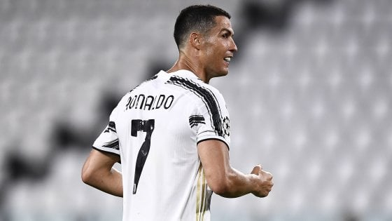 """Il biografo di Cristiano Ronaldo: """"La Juve vuole venderlo, lo ha offerto anche al Barcellona"""". L'entourage: """"Tutto falso"""""""