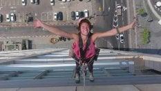 Acrobazie e passi di danza sui grattacieli: la lavavetri diventa una star
