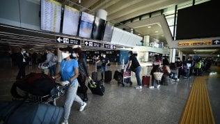 Aeroporti, il pasticcio delle mascherine: no a quelle di stoffa sui voli di lunga durata