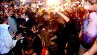"""Le notti in discoteca nell'isola di Pag: senza mascherine è arrivato il contagio. Il tour operator: """"Sono maggiorenni, non li controllo"""""""
