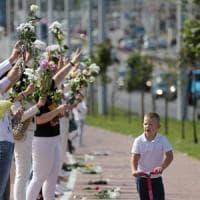 Bielorussia, continuano le proteste contro Lukashenko: catene umane e scioperi