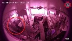 L'esplosione devasta l'ospedale: l'infermiera mette in salvo il neonato