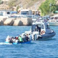 Lampedusa, riprendono gli sbarchi.  In 430 all'hotspot, previsti tamponi per tutti