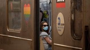 Sotto la mascherina le newyorchesi si regalano un naso nuovo