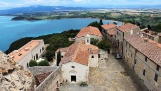 La casa nel parco etrusco vista mare: il regalo fai da te del presidente dell'ente