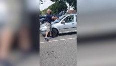 Il cane è chiuso in auto: passante frantuma finestrino con un'ascia