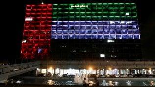 Il municipio di Tel Aviv illuminato con i colori degli Emirati