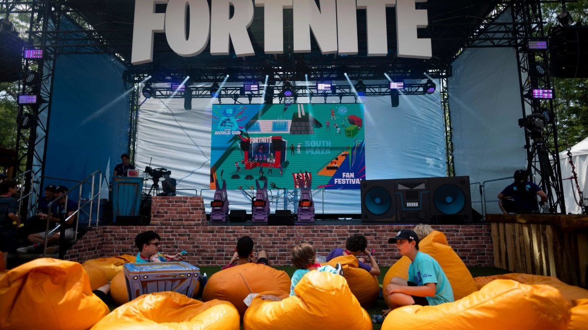 Fortnite, scontro milionario con Apple e Google: l'app cancellata dagli store, Epic fa causa