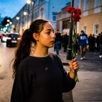 Bielorussia, donne e fiori contro le violenze della polizia
