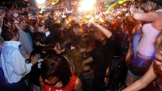 Covid, la stretta del governo: discoteche chiuse da domani in tutta Italia e mascherine obbligatorie la sera nei luoghi della movida