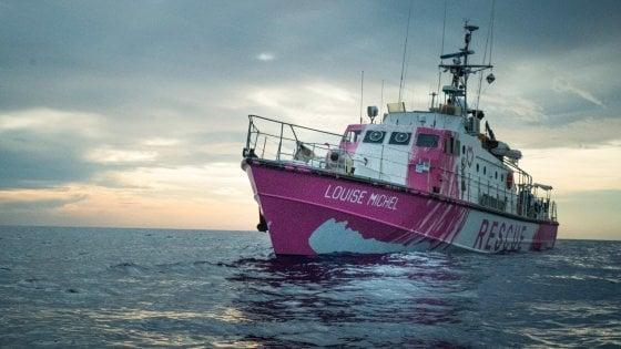 Migranti, in azione la nave di Banksy: già salvate 89 persone nel Mediterraneo
