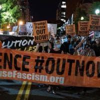 Decine di manifestanti fuori dalla Casa Bianca protesta contro Trump