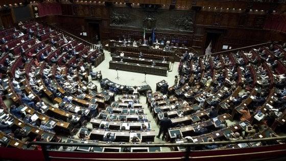 Decreto Covid, 50 M5S alla Camera contro la proroga dell'intelligence. Il governo pone la fiducia, ed è bagarre