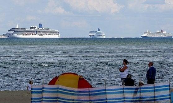"""I giganti dei mari ancorati al largo: la crociera è intorno alle nuove """"navi fantasma"""""""