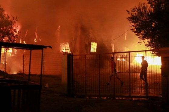 Grecia, vasto incendio nel mega campo profughi di Lesbo