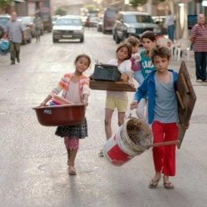 Libano, l'esplosione di Beirut: cresce la povertà. Il cibo costa il 336% in più, chiudono le imprese, l'accesso all'acqua è una sfida