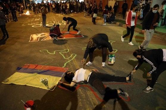 Bogotà, ucciso dalla polizia dopo aver violato il coprifuoco: sette morti nelle proteste