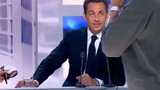 """Lo scivolone di Sarkozy in tv: associa la parola """"scimmie"""" a """"negri"""""""