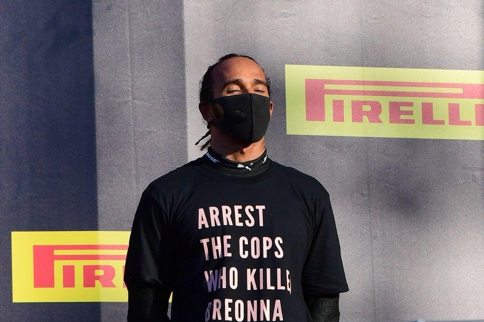 """F1, Hamilton sul podio con una maglia speciale: """"Arrestate i poliziotti che  hanno ucciso Breonna Taylor"""" - Sport - La Repubblica"""