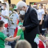 """Standing ovation per Mattarella nella scuola di Vo' Euganeo: """"Sfida decisiva per la..."""