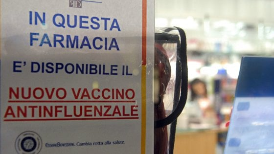 """Vaccino antinfluenzale, battaglia tra Regioni e farmacie: """"Ai privati solo 250mila dosi"""""""