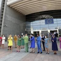 Bruxelles, gli europarlamentari si vestono di arcobaleno contro le politiche omofobe polacche